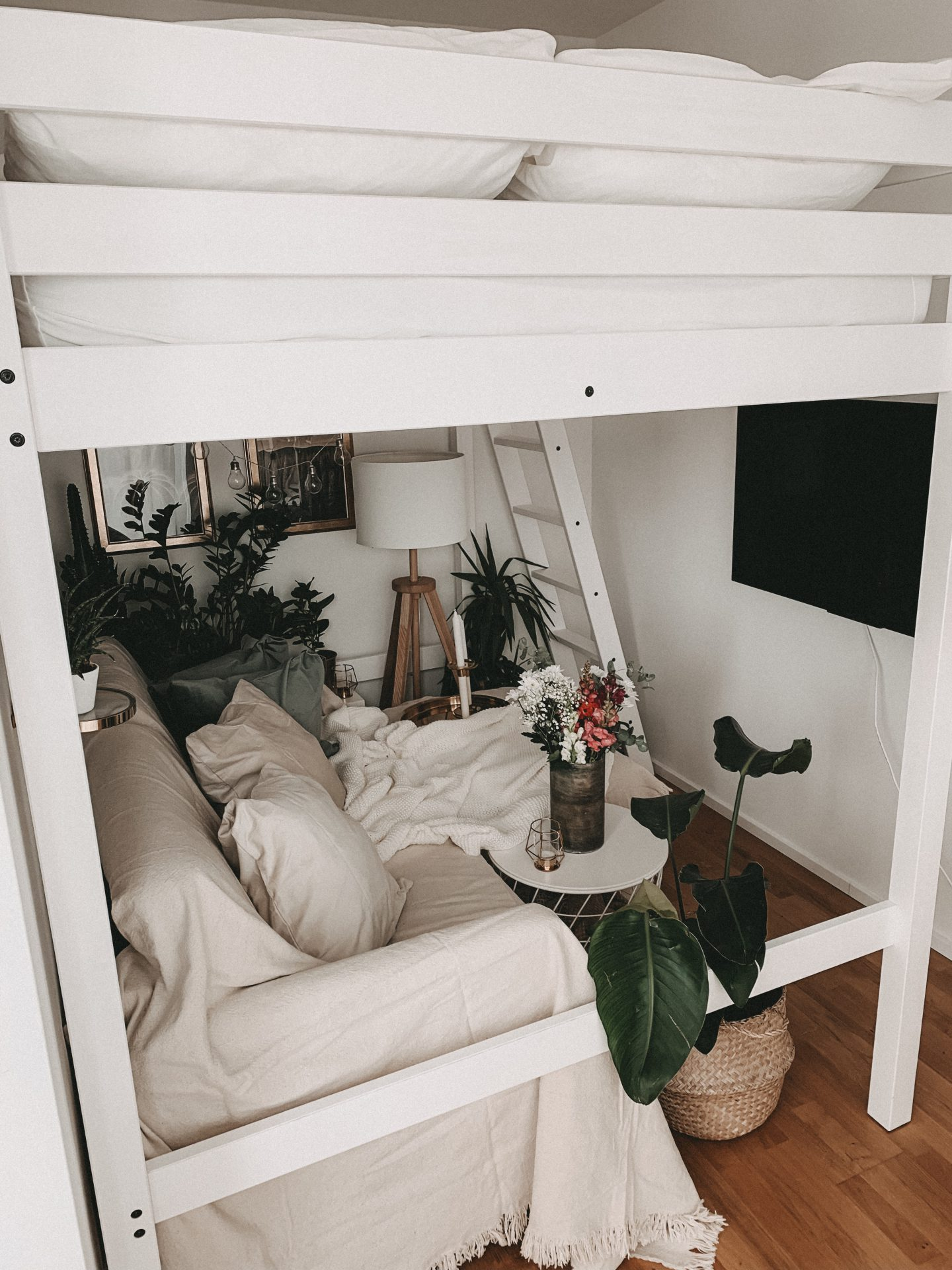 IKEA-kleine-Wohnung-Hochbett-fuer-Erwachsene-Umdekorieren-1-Zimmer-Deko-Challenge-Nachher-9-Shoppinator-Stuttgart-Sindelfingen